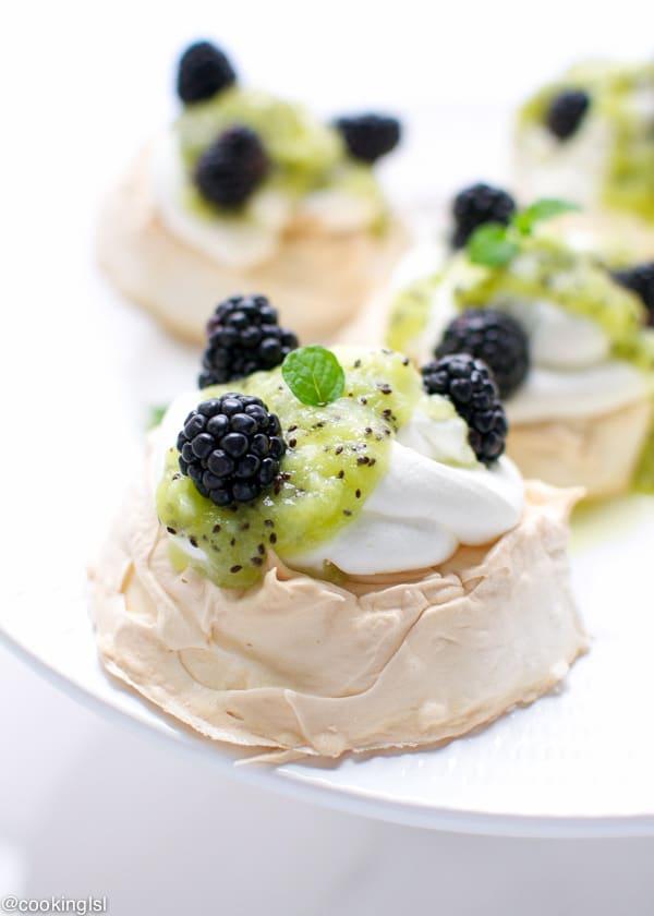 mini pavlova with blackberries and kiwi 2-1